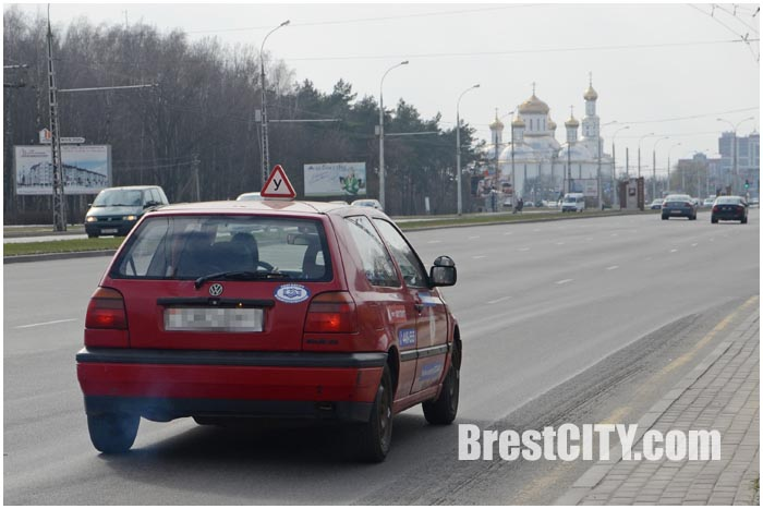 Учебный автомобиль в городе
