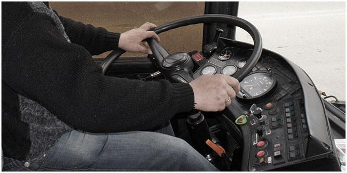 Водитель автобуса за рулем