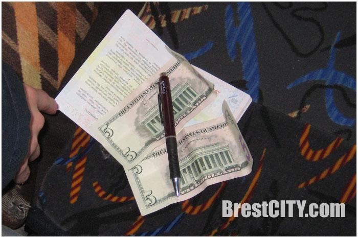 10 долларов США в паспорте водителя расценили как взятку
