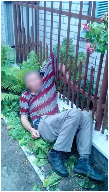Мужчина застрял в заборе