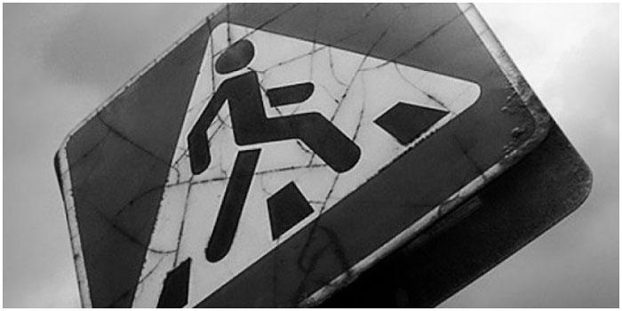 Знак пешеходный переход. Сбили пешехода