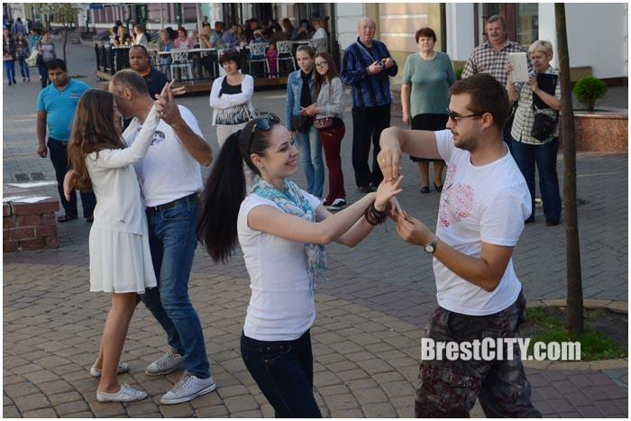 Танцевальный флешмоб в международный день Зука в Бресте. Фото BrestCITY.com