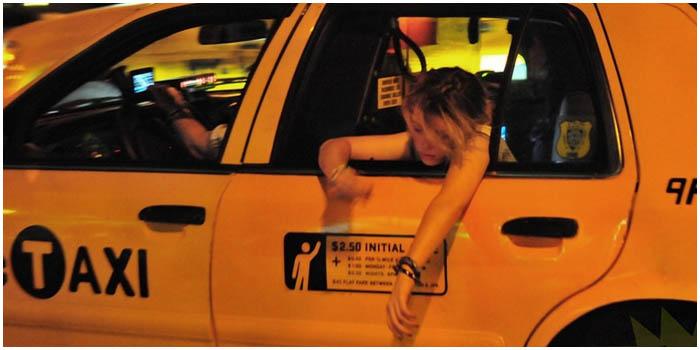 Пьяная девушка-пассажир такси