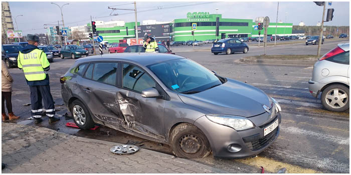 На проспекте Республики возле АЛМИ столкнулись три автомобиля