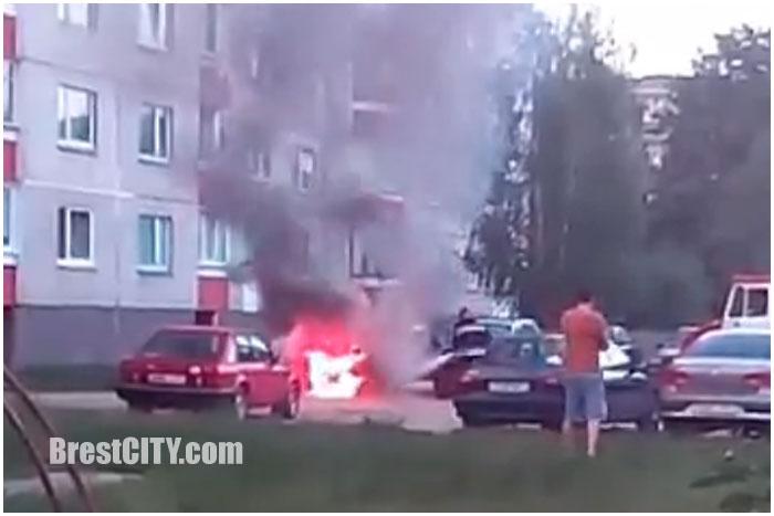 В Бресте на Молодогвардейской горел автомобиль ауди
