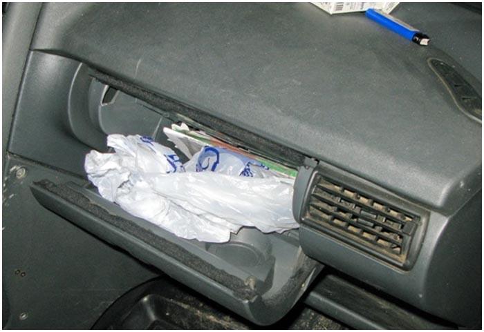 Белый порошок в салоне авто