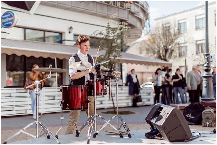 Барабанщики на Советской в Бресте на уличной площадке
