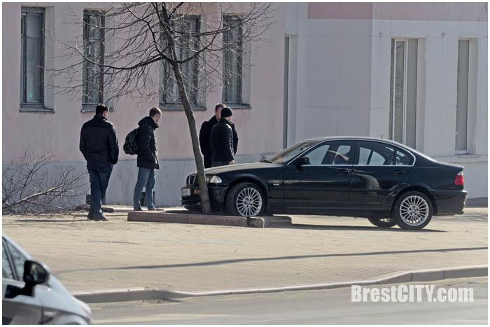 Автомобиль БМВ на ул.Ленина выскочил на тротуар