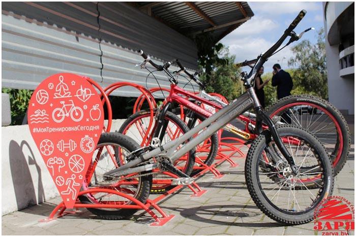 Велосипедные парковки открыли в Бресте в день рождения БРСМ