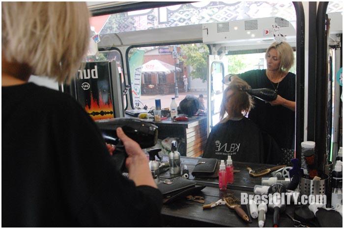Брестчанам предлагают подстричься в автобусе. Фото BrestCITY.com