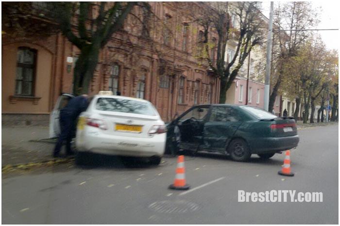 Авария с участием автомобиля такси в Бресте на комсомольской