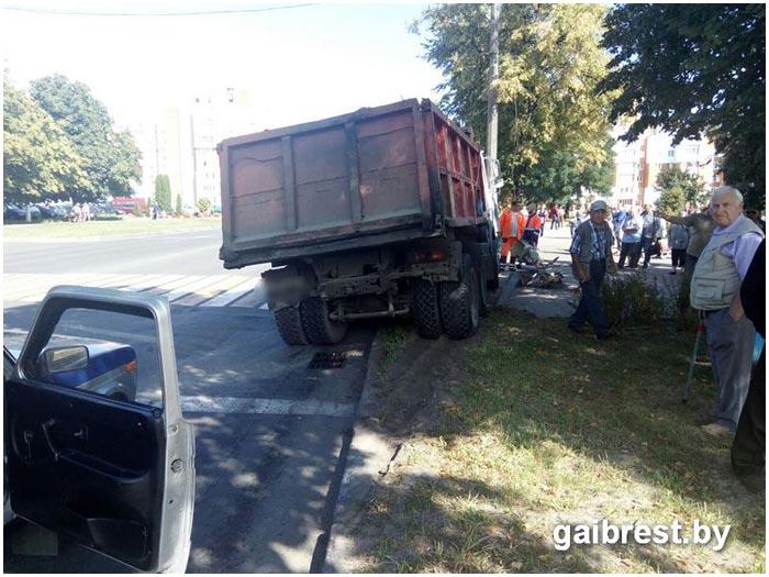 Светофор упал на пенсионера в Пинске
