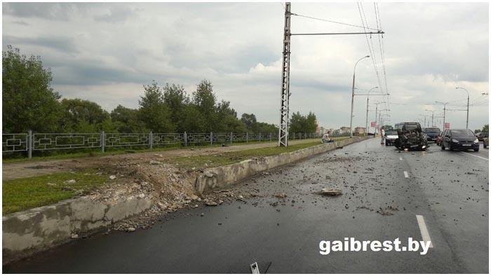Авария на мосту по ул.28 июля в Бресте возле ЦМТ. Фото BrestCITY.com