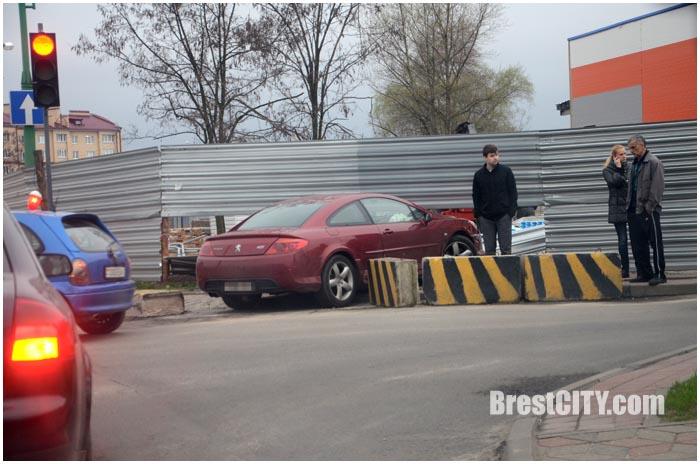 Авария на Вульке 11 апреля. Пежо врезался в забор