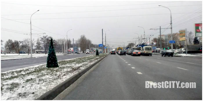 Монтаж городской елки на площади Ленина в Бресте. Фото BrestCITY.com