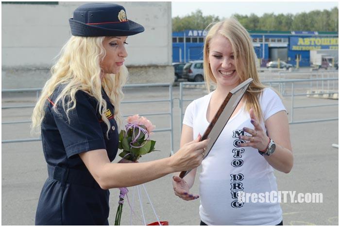 Победитель конкурса на лучшее фото с сотрудником ГАИ Анна Романова-Колосовская