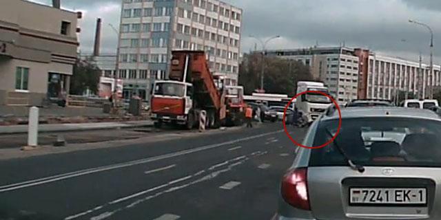 Фура сбила женщину с коляской на перекрестке Пионерская-Я.Купалы