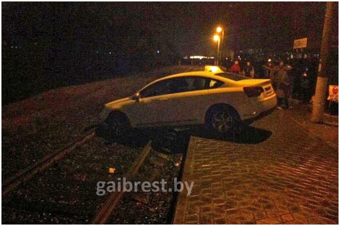 Пьяный на Ситроен вечером в Бресте застрял на железнодорожном полотне