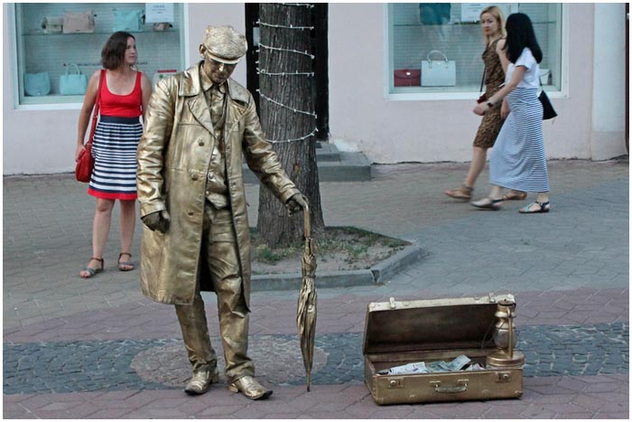 Золотой человек на ул.Советской в Бресте