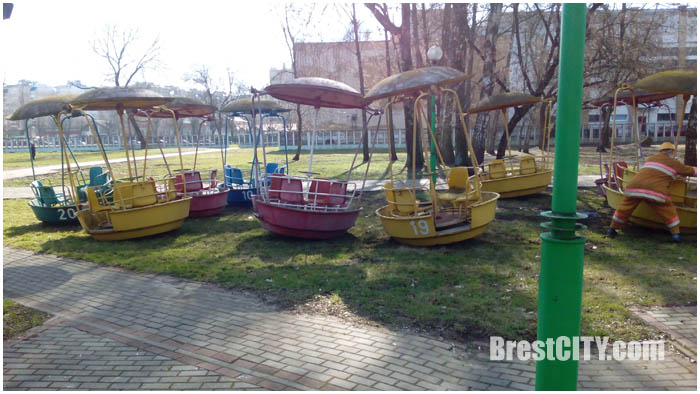 Демонтаж колеса обозрения в парке
