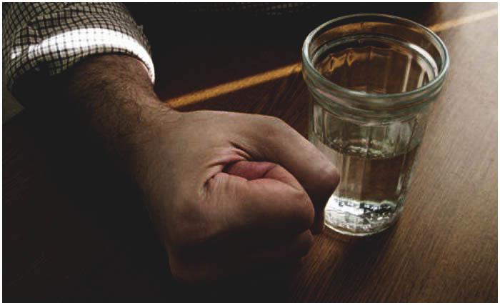 Конфликт. Алкоголь. Застолье. Стакан с водкой