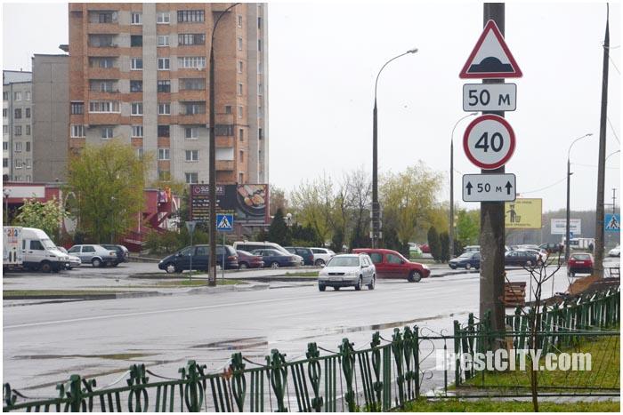 Знак 40 и спящий полицейский напротив рынка Ковалево
