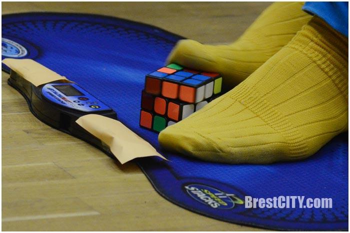 Ногами на скорость собирали кубик Рубика в Бресте