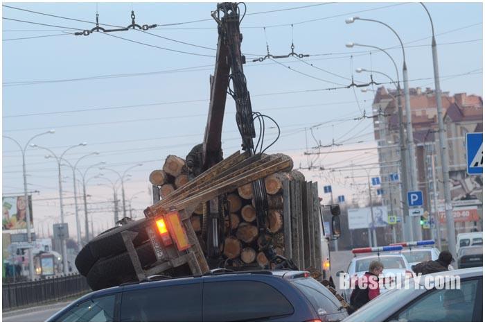 ДТП с лесовозом на пр.Республики в Бресте. Авария. Перевернулся прицеп с бревнами