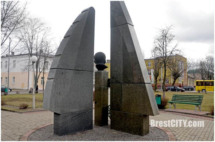 Фотозагадка. Памятник в Брестской области