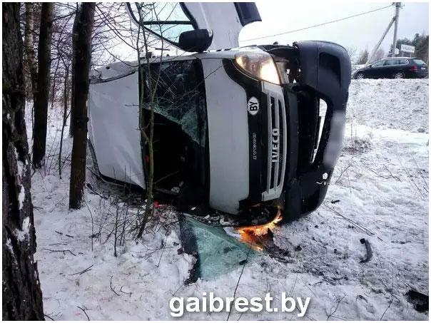 В Ганцевичском районе перевернулся микроавтобус. Пассажир погиб
