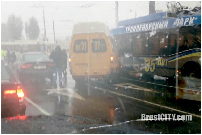 Авария на Пионерской. Маршрутка и троллейбус