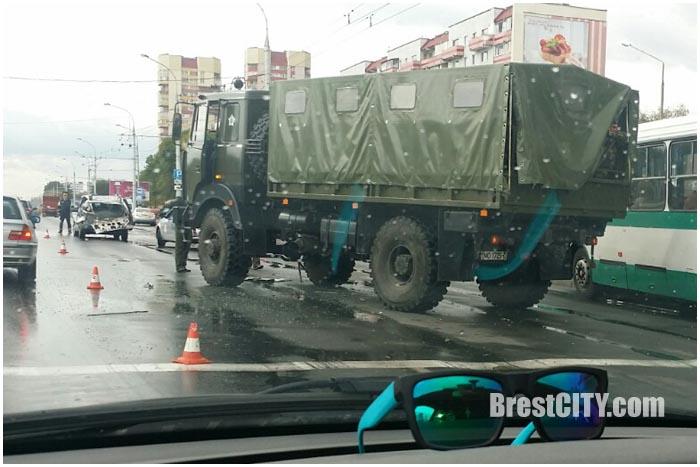 Военный МАЗ догнал легковушку возле АЛМИ