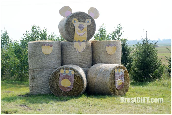 Соломенный медведь у дороги