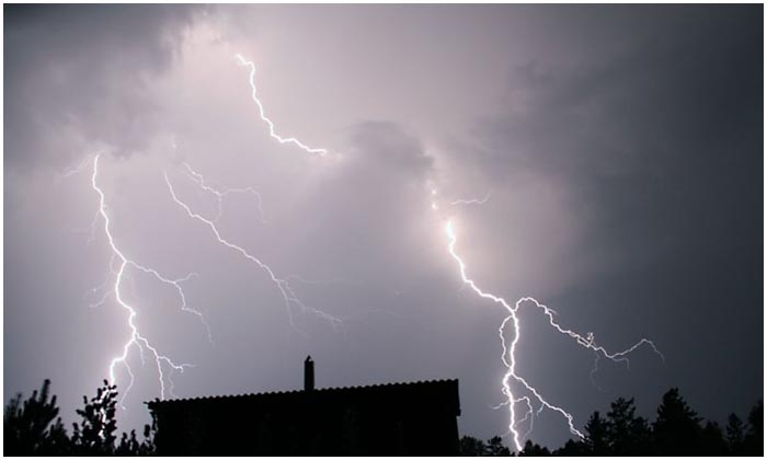 Молния в деревне. Удар в постройки