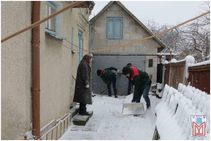 Уборка снега в Бресте. Помощь пожилых людям