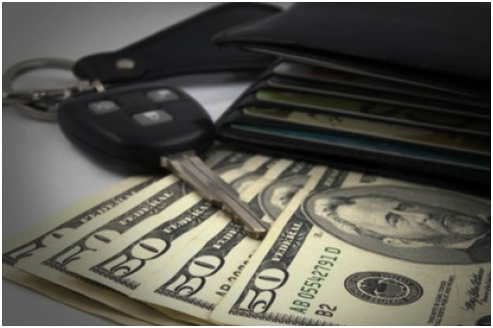 Мошенник. Деньги. Автомобиль. Ключи. Кошелек