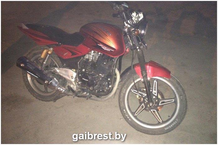 В Столинском районе подросток на мотоцикле сбил сидячего на дороге школьника