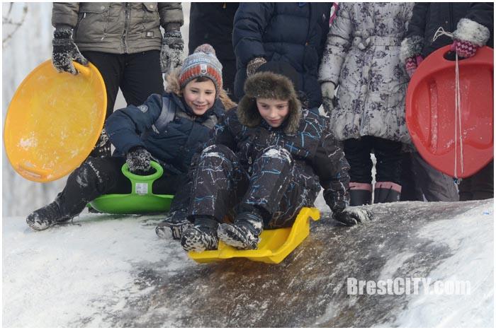 Дети катаются с горки на Набережной в Бресте. Фото BrestCITY.com