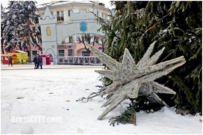 Демонтаж городской елки и новогодней иллюминации в Бресте