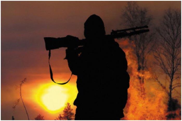 Ночная охота. Мужчина с ружьем
