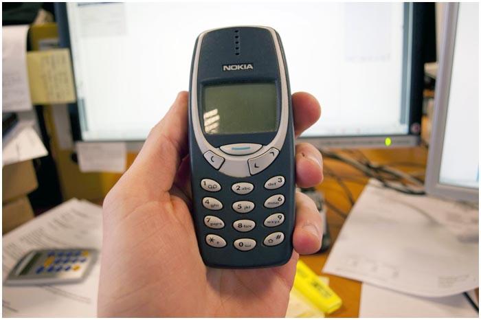 Старый телефон Нокиа в руке