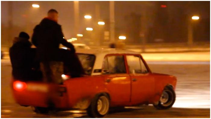 Автотанцы на парковке возле Брестской крепости