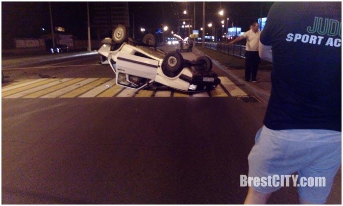 В Бресте возле ЦМТ перевернулся VW Jetta