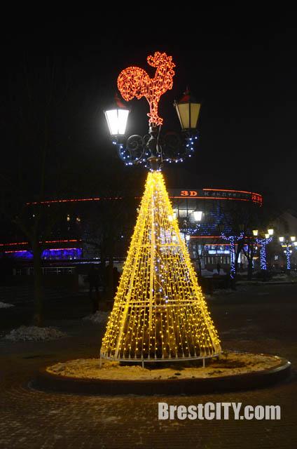 Огненный петух на улице Советской в Бресте. Фото BrestCITY.com