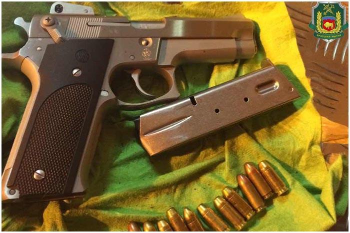 Пытался провезти пистолет и патроны через границу