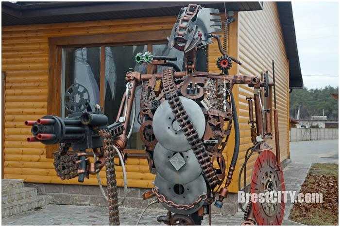 Робот терминатор возле трассы М1 в деревне Пески Кобринский район