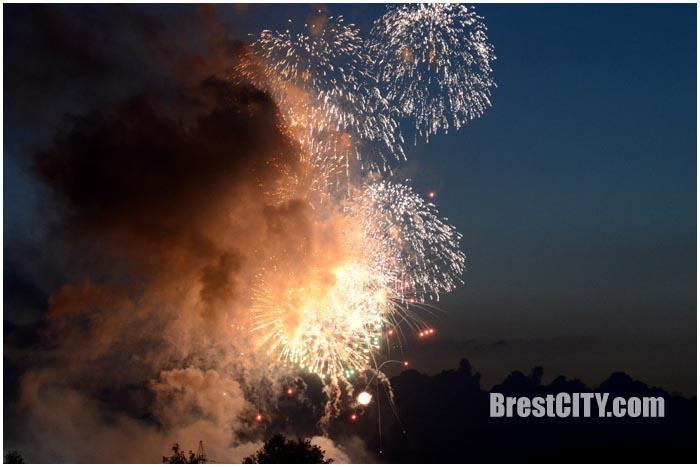 Салют в Брестской крепости 3 июля 2016. Фото BrestCITY.com