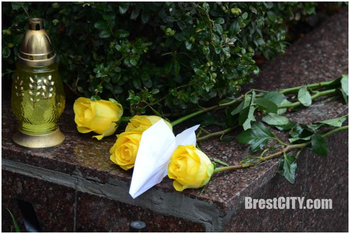 Цветы к российского консульства в Бресте. Фото BrestCITY.com