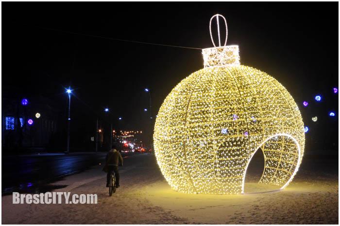 Большой светящийся новогодний шар на площади Ленина в Бресте. Фото BrestCITY.com