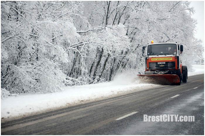 Уборка снега вдоль дороге в Кобринском районе. Фото BrestCITY.com